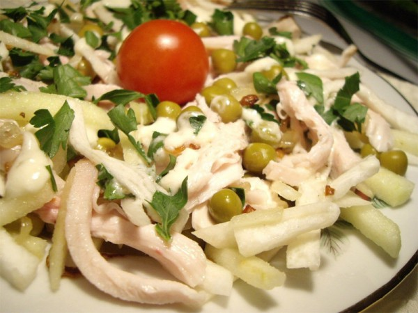 Рецепт витаминного салата из редьки с курицей