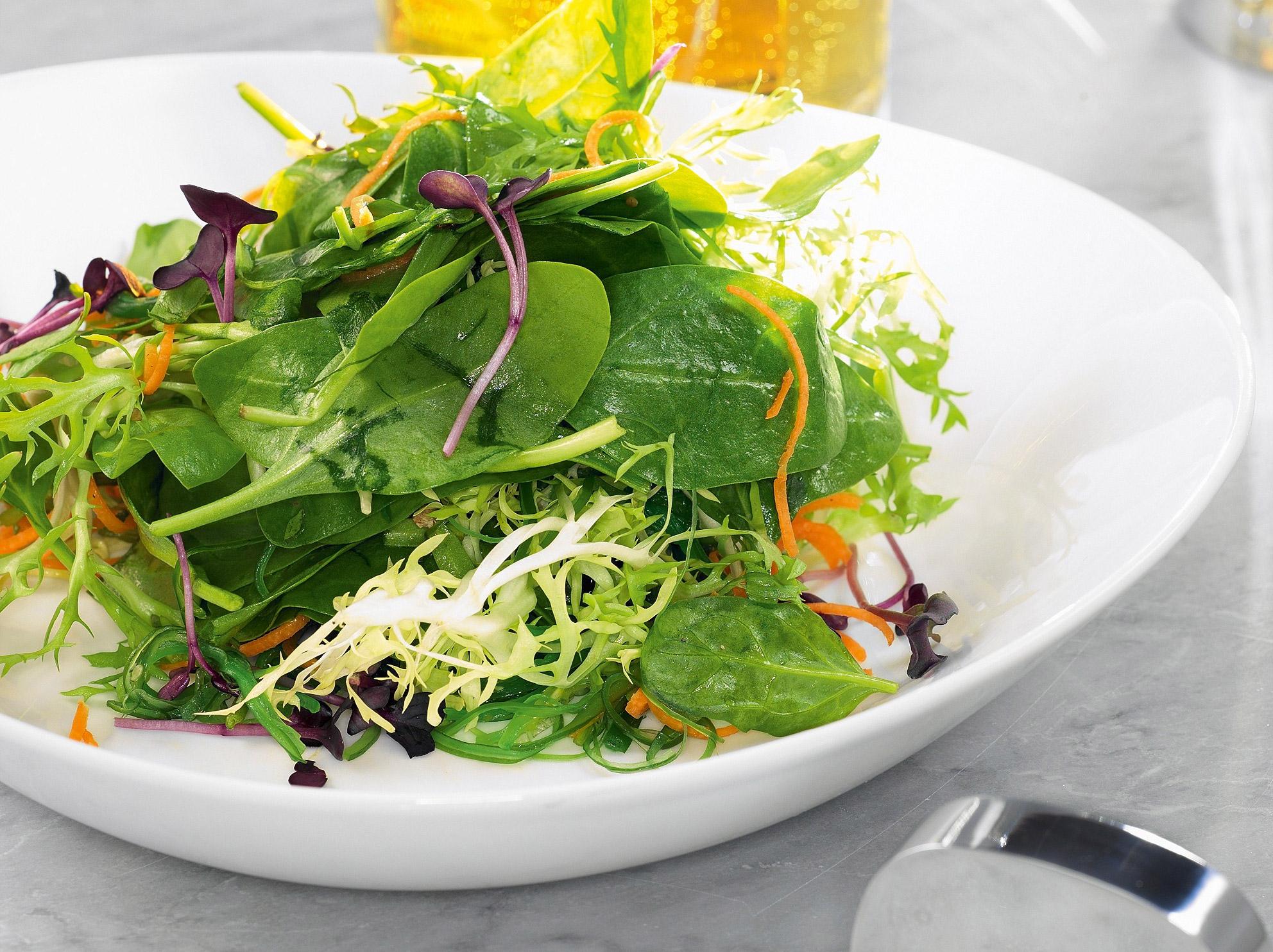 Витаминный легкий зеленый салат