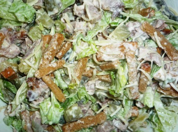 Салат из сухарей с огурцом