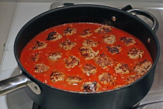 Куриные тефтели с томатной подливой в мультиварке
