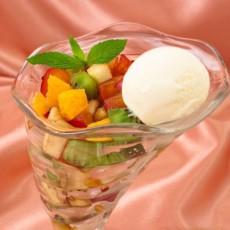 Фруктовый салат с замороженным йогуртом