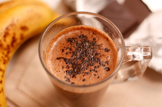 Бананово-шоколадный молочный коктейль