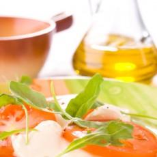 Моцарелла с помидорами и рукколой