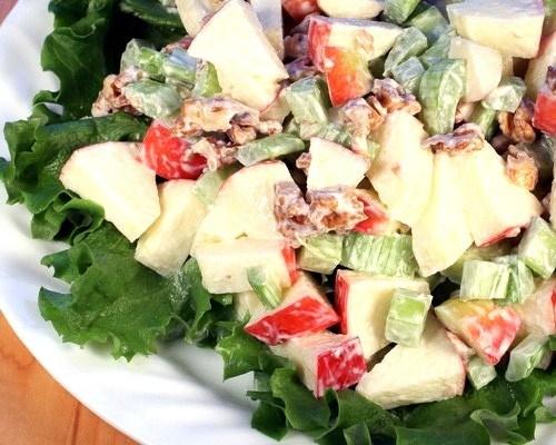 Салат из бананов, яблок и сельдерея