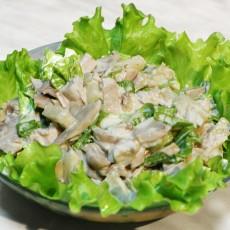 Английский салат с курицей и грибами