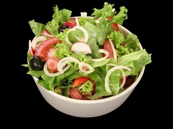 Салат из авокадо, томатов и базилика
