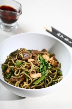 Жареные овощи с грибами, кунжутным маслом и соевым соусом