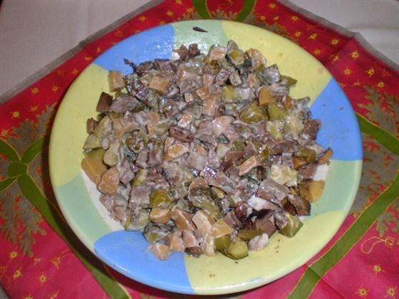 Мясной салат с грибами и маринованными огурцами