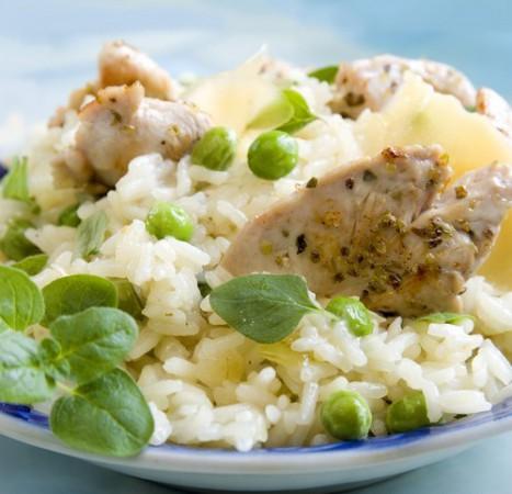 Салат из цыпленка с рисом, зеленым горошком и сладким перцем