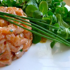 Тартар из лосося с каперсами