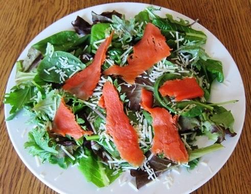 Салат с рыбой и сыром
