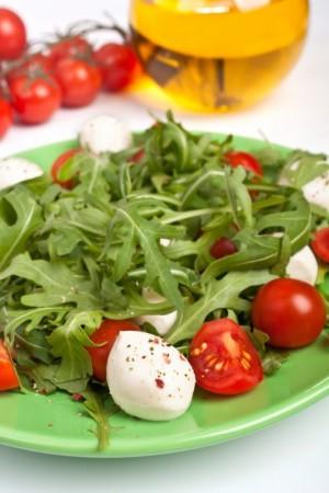 Салат с моцареллой и руколой