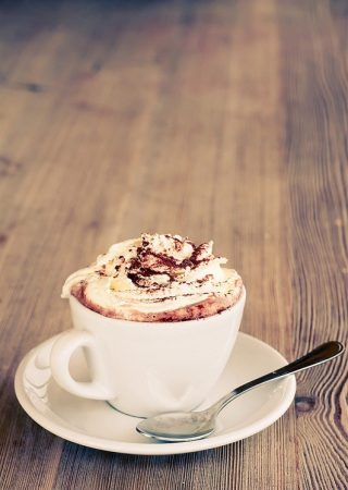 Крепкий кофе с шоколадом и сливками