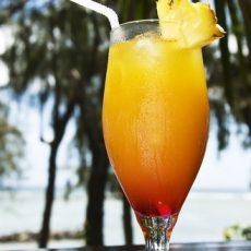 Коктейль из шампанского с апельсиново-ананасовым соком