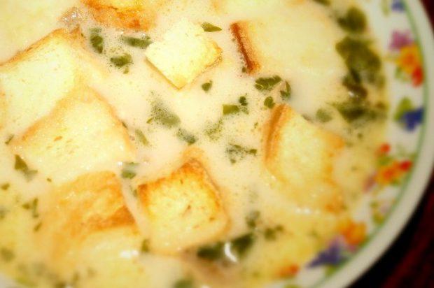 Сырный суп с курицей, шампиньонами и гренками