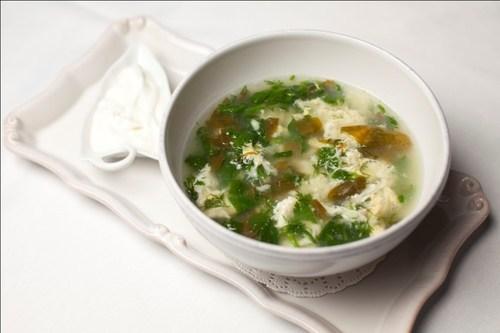 Легкий суп со щавелем и яйцом
