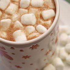 Густой горячий шоколад со взбитыми сливками и маршмеллоу