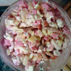 Салат с курицей, ветчиной, опятами и ананасом