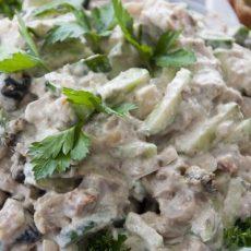 Салат с курицей, огурцом и черносливом