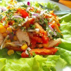 Легкий салат из овощей и куриной грудки с йогуртовой заправкой