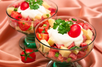 Салат с сыром, колбасой и помидорами