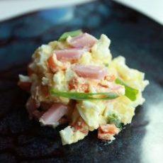 Салат с копченой курицей и картофелем.