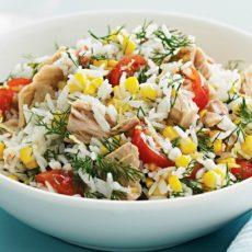 Салат с тунцом, кукурузой и рисом