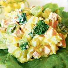 Салат с колбасой, огурцами и сыром