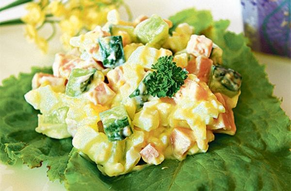 Салат с сыром колбасой яйцом и