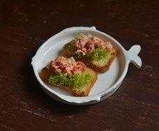 Брускетта с рыбным салатом