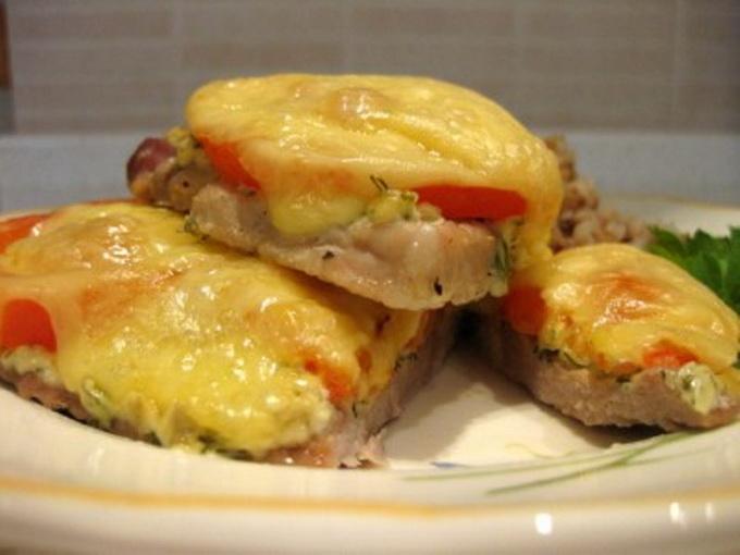 Мясо помидоры сыр майонез в духовке