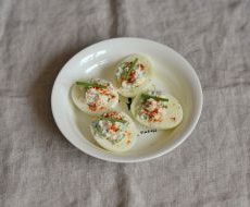 Яйца, фаршированные крабовым салатом