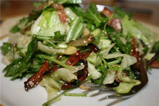 Горячий салат с рукколой и беконом
