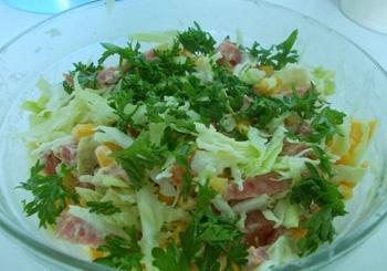 Капустный салат с колбасой.