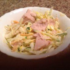 Салат из капусты и печени трески