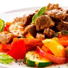 Жаренное мясо с овощами