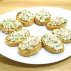 Бутерброды с печенью трески, огурцом и яйцами