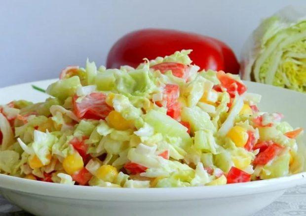 Салат с крабовым мясом и капустой и помидорами