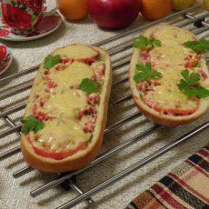 Ленивая пицца из батона в духовке