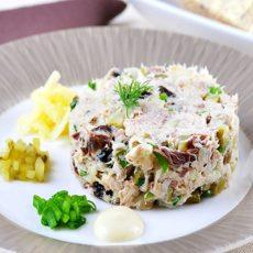 Рыбный салат с копченой скумбрией и солеными огурцами