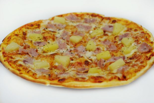 Гавайская пицца с ананасами и курицей