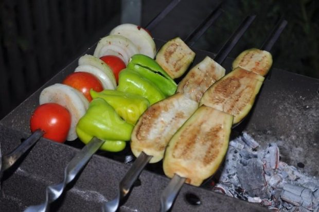 Овощной шашлык из баклажанов с перцем