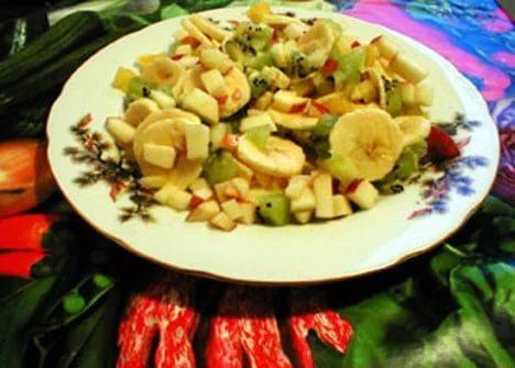 Фруктовый салат из бананов апельсинов и яблок