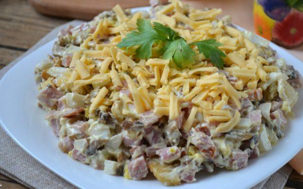 Салат с грибами и ветчиной и сыром