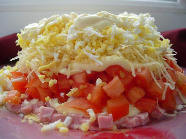 Салат с ветчиной, сыром и помидорами