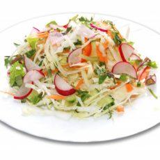Летний салат с капустой и редисом