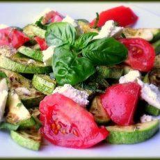 Салат с помидорами, брынзой и базиликом