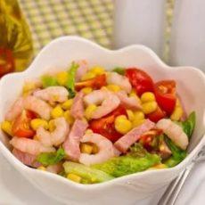 Салат с креветками, кукурузой и сыром